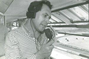 José Silvério empunhando o microfone da Rádio Bandeirantes em 1985